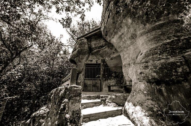 Entrada a la Ermita de la Virgen del Espinar en Uña