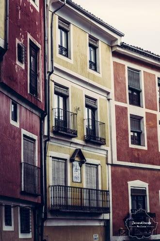 Casas coloridas en la ciudad de Cuenca, España
