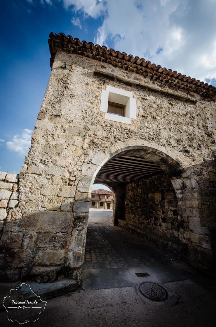 Fachada del arco del concejo de Poyatos