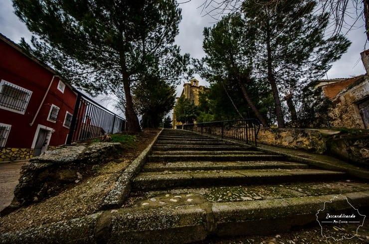 Hermosa escalinata para acceder al templo más importante de Canalejas del Arroyo