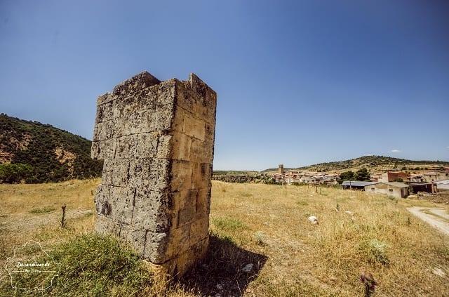 De él se conservan únicamente los arranques de las tres pilastras de las que constaba este monumento de Priego