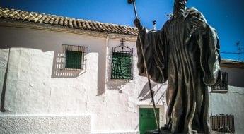 Escultura junto a la iglesia de Tribaldos