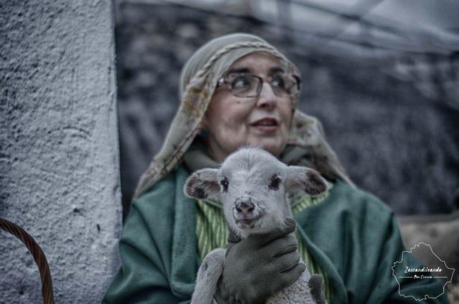 Pastora con oveja en el Belén Viviente