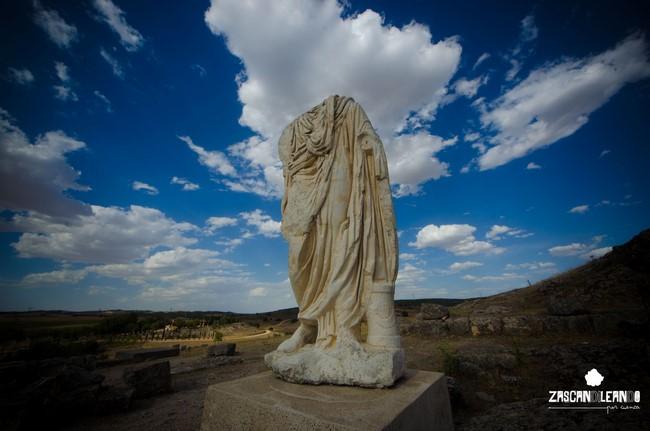 Estatua situada junto al teatro de Segóbriga