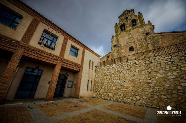 La casa consistorial de Hontecillas se halla aneja a la iglesia de Nuestra Señora del Romeral