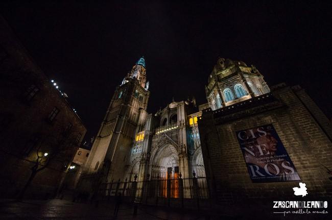 Vista nocturna de la preciosa catedral de Toledo