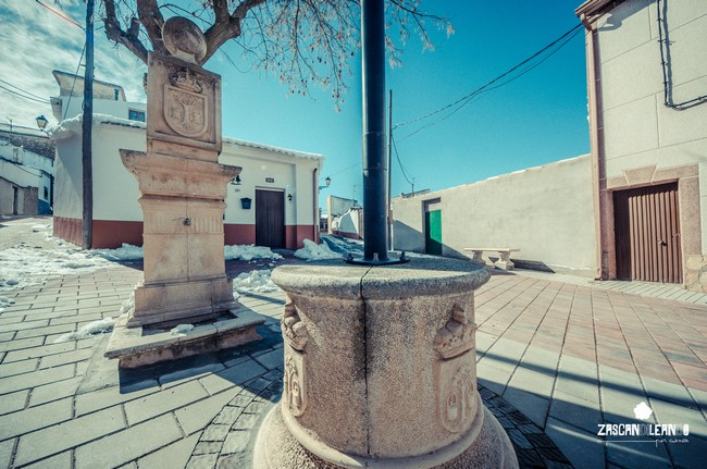 Fuente blasonada y farola con pedestal en Pinarejo