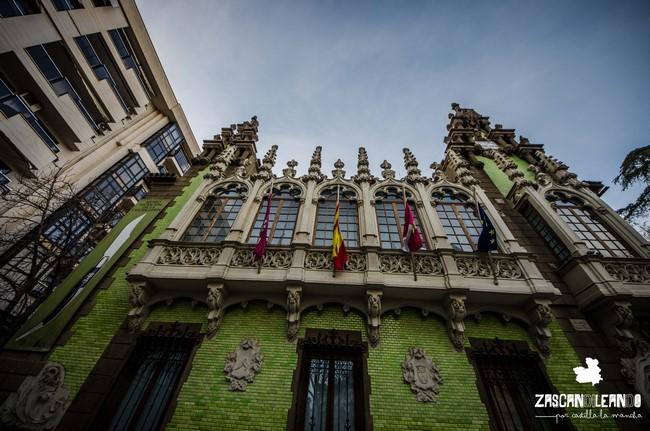El museo de la Cuchillería destaca por el color verde de su fachada