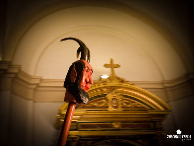 Los extremos de las porras de los diablos poseen figuras monstruosas