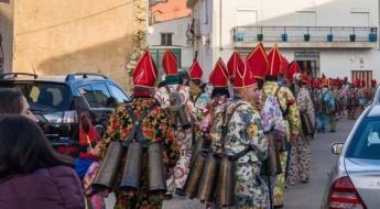 Diablos preparados para desfilar en Almonacid del Marquesado