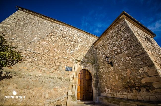Sencilla portada en la iglesia de Pinarejo