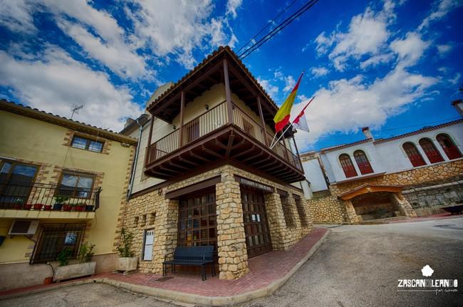 El ayuntamiento de Cañada del Hoyo tiene una hermosa balconada de madera