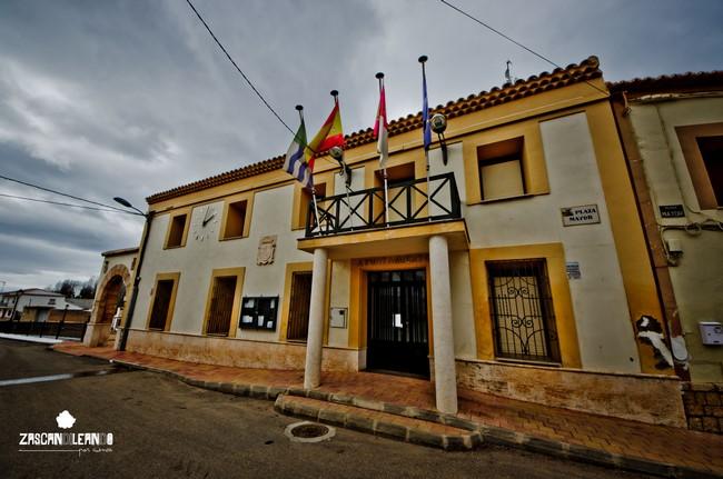 Los vivos colores del ayuntamiento de Olmedilla de Alarcón destacan a la vista
