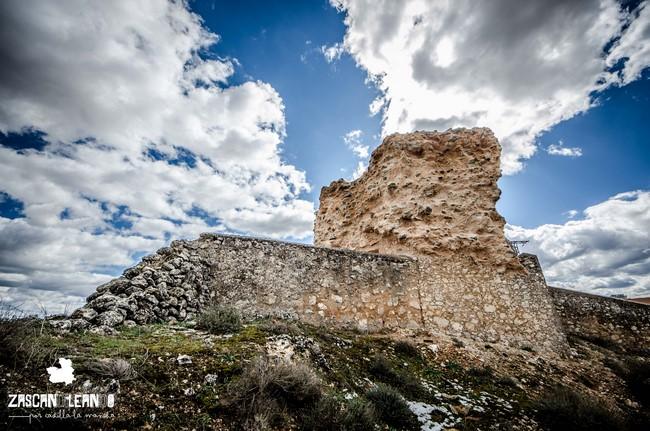 Junto al cementerio municipal se hallan los restos del castillo de la Orden de San Juan, en Peñalver