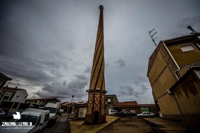 Las chimenas formaban parte de las antiguas fábricas de alcohol en Tomelloso