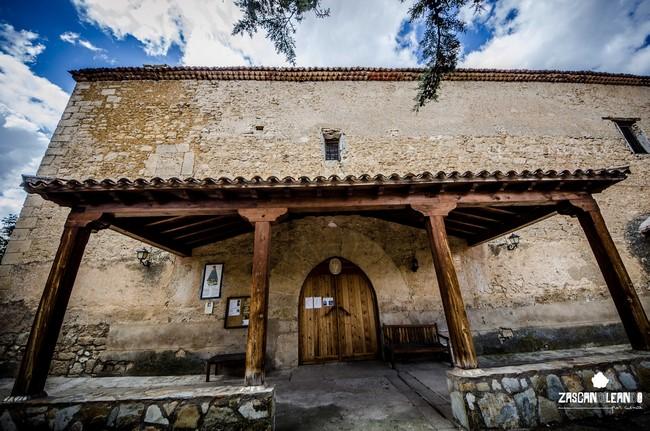 La iglesia de Cañada del Hoyo posee un hermoso retablo de reciente construcción