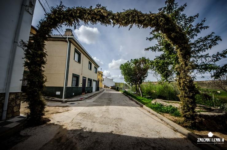 Arco florado en la calle Iglesia de Mohorte