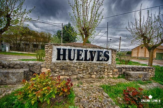 Monumental cartel de entrada a Huelves