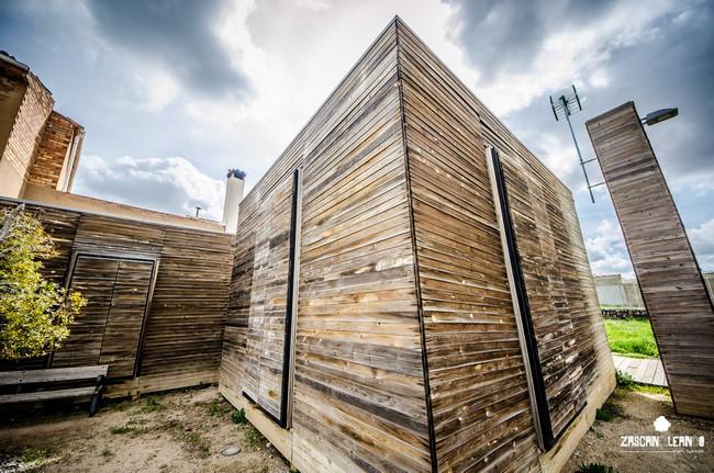 Un edificio de madera en Mohorte llama poderosamente la atención