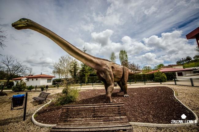 Réplica a escala real de un Titanosaurio, en el parque de Fuentes