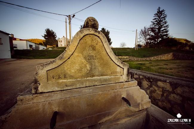 Fuente abrevadero situada junto al campo de juego de bolos en Portilla