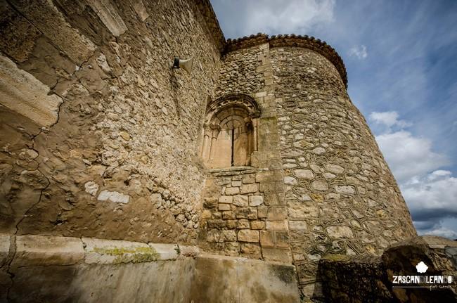 De la iglesia de Fuentes destaca su ábside semicircular y las pinturas modernas de su interior