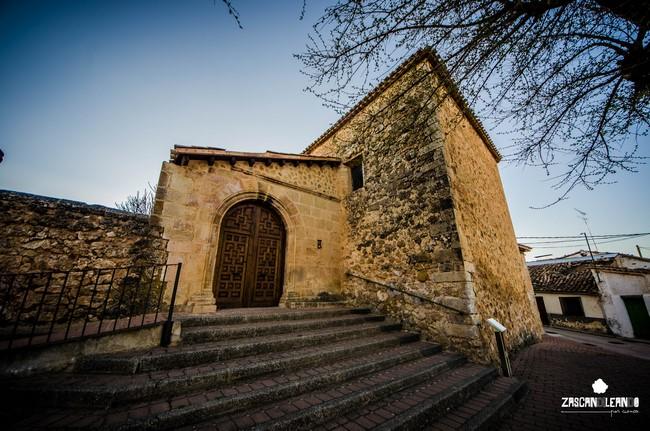 Portada trampa en la iglesia de Portilla
