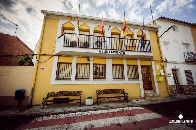 La casa consistorial de Zarza de Tajo posee una gran balconada en su planta superior