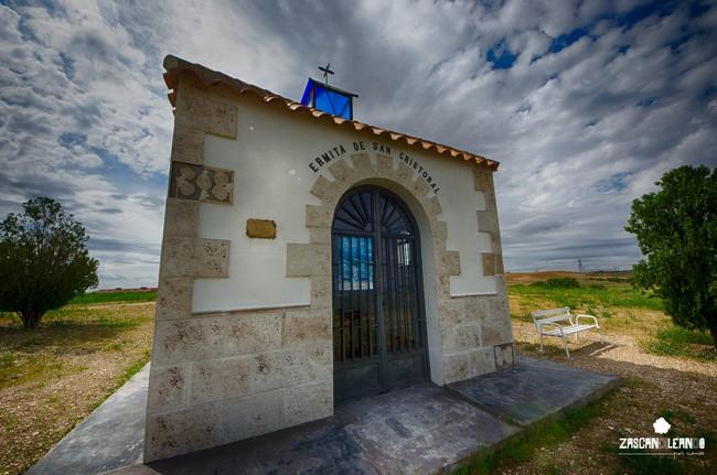 Desde la autovía de Valencia se puede ver sobre un cerro la ermita de San Cristóbal