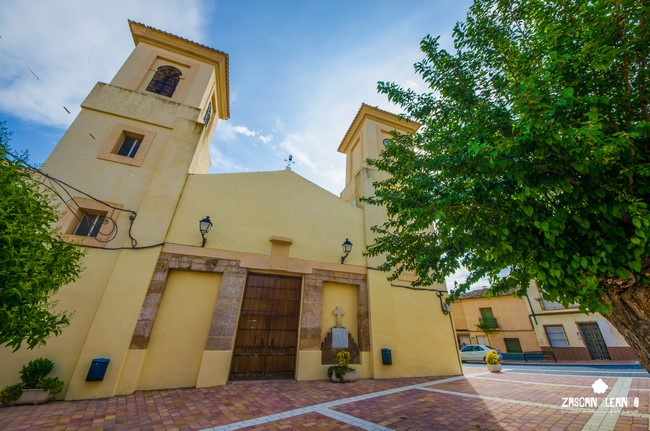 Zarza de Tajo tiene su iglesia en la plaza Mayor