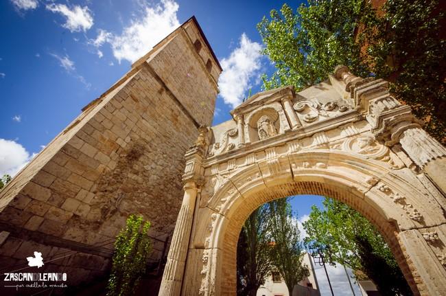 Los últimos vestigios de la iglesia de San Martín son su torre y su portada