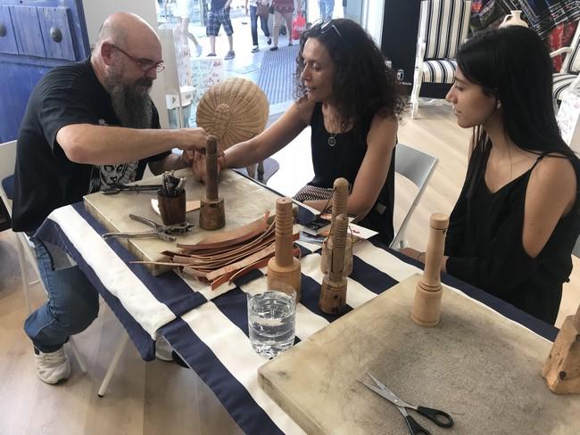 Taller participativo de torno alfarero en la oficina de turismo de Castilla-La Mancha en Madrid
