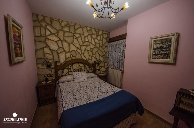 Dormitorio en los Apartamentos Rurales La Tinaja, en Cardenete, Cuenca