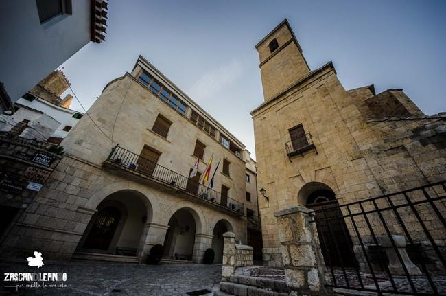 La casa consistoria de Alcalá del Júcar se ubica junto a la iglesia