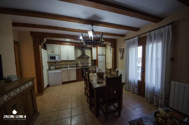 Salón y cocina en los Apartamentos Rurales La Tinaja