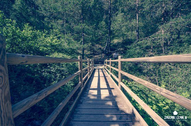 Vallas de madera se ubican a lo largo de todo el camino