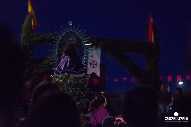 Diversos arcos florales adornan los pueblos por los que pasa la Virgen de Tejeda