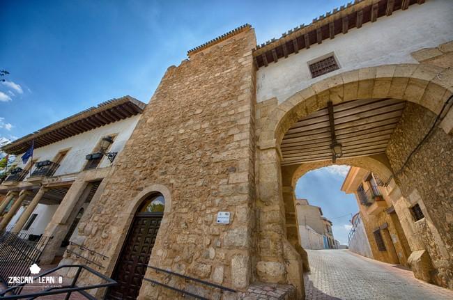 El gran arco que hay junto al torreón daba acceso al castillo, antiguamente