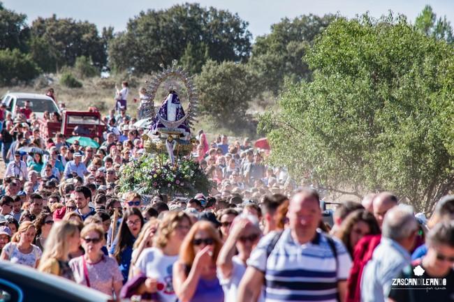 Danzantes y porteadores tienen bebida y comida en los vehículos que acompañan a la Virgen