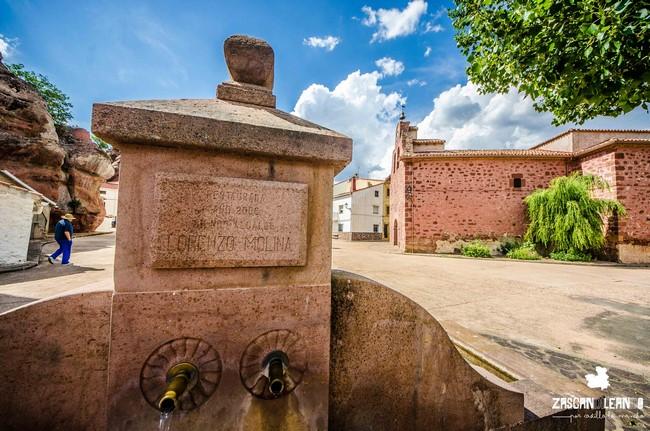 El abrevadero fuente se encuentra en la plaza de la Iglesia