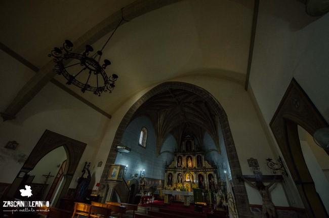 Por dentro, la iglesia de Castillo de Bayuela tiene un hermoso retablo de cerámica