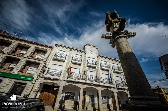 La plaza de la Constitución alberga varios puntos de interés en Castillo de Bayuela