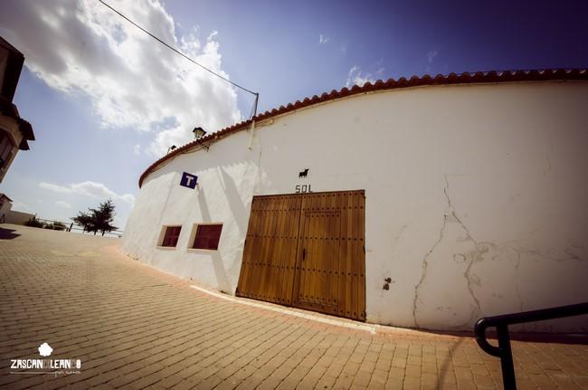 En la parte más alta de Iniesta se ubica excavada su plaza de toros