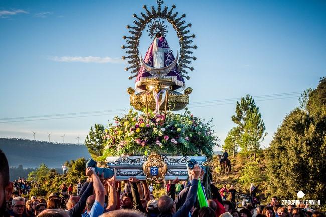 La Virgen de Tejeda se alza gracias a la fuerza de los porteadores