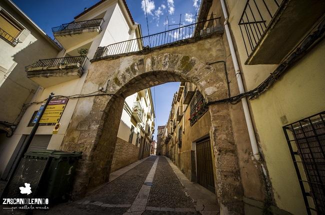 La calle Mayor de Alcaraz posee un hermoso arco de medio punto
