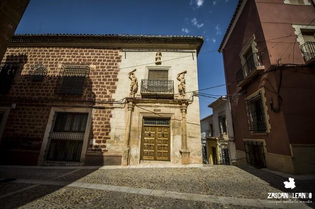 En Alcaraz existe una casa en cuya portada existen tallas de hombres con cachiporras