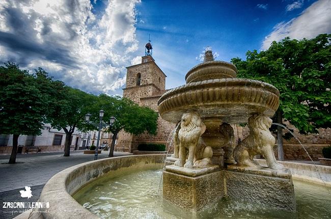 La fuente de con cuatro leones en la plaza del Ayuntamiento de Fernán Caballero, es muy bonita