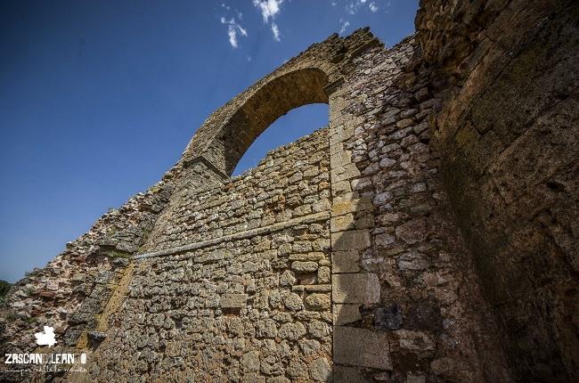 El acueducto se encuentra a los pies del cerro de San Cristóbal