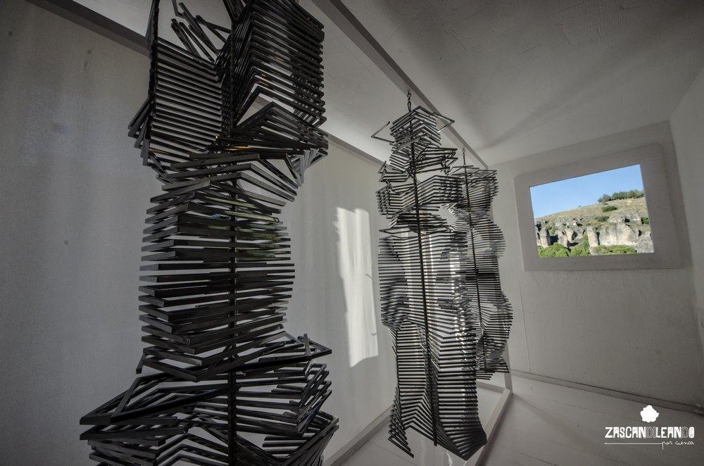 El museo alberga muchas obras de artistas conocidos del movimiento informalista