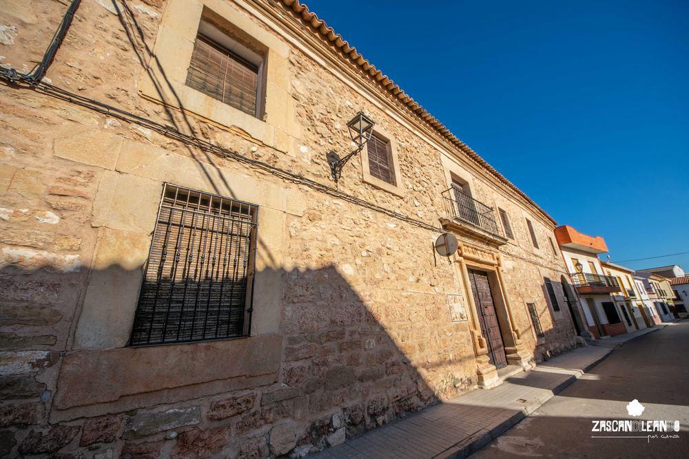 También conocida como Casa del Curato, es una de las casas solariegas más destacables